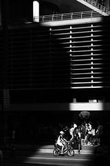 aprendendo rápido (Vitor Nisida) Tags: shadow cidade urban bw bike arquitetura architecture bicicleta sombra pb bici urbana paulista avenidapaulista avpaulista conjuntonacional archshot