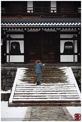 Morning chores, Kennin-ji temple, Kyoto (Damien Douxchamps) Tags: japan  japon kansai  kinki  kyoto   higashiyama keninji  temple     snow  bellflowerwindow