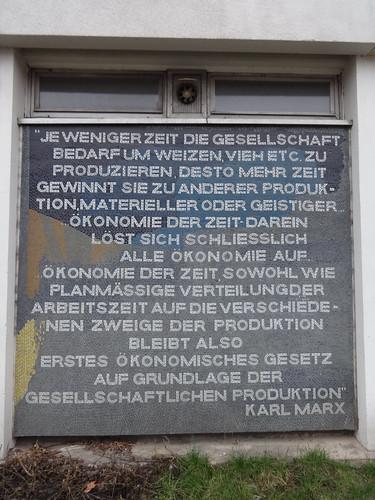 1970 Potsdam Zitat von Karl Marx bei Moasikfriesen von Fritz Eisel am Datenverarbeitungszentrum Breite Straße/Dortustraße 46 in 14467