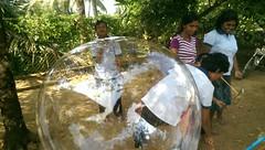 Seifenblasen in Behinderteneinrichtung in Ittapana, Sri Lanka 1