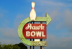 Hawk Bowl - Whitewater Wisconsin (Cragin Spring) Tags: hawkbowl bowling alley pin whitewater whitewaterwi whitewaterwisconsin midwest wisconsin wi arrow arrowsign bowlingalley lounge vintage vintagesign sign oldsign neon neonsign unitedstates usa unitedstatesofamerica southernwisconsin