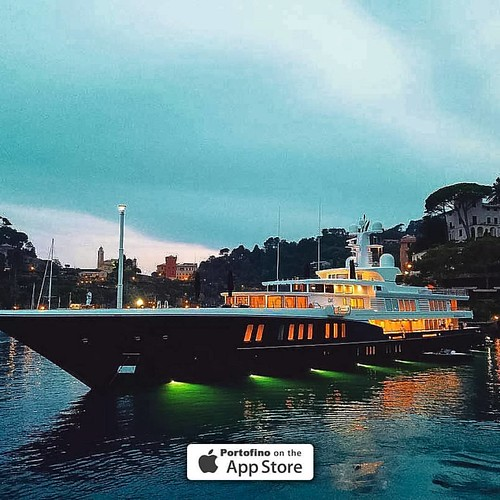 «Air» #yacht - 81mt - in the Cannone Bay during the #sunset in Portofino. Slots from 500 to 2.880€/day. @yewgill Portofino.it ® #portofino