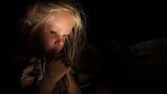 fte de famille, les enfants jouent les papillons de nuit....3 clichs.... (peu prsente...ailleurs !) Tags: enfance adolescence jeu papillondenuit lumire fatigue