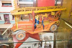 Antique toy fire truck (quinet) Tags: belgien belgique belgium brussels brusselstoymuseum bruxelles brssel lemusedujouetdebruxelles spielzeug jouets toys