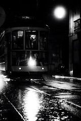 Noite de Lisboa (miza monteiro) Tags: night lisboa chuva noite 28 pretoebranco electrico baixachiado electrico28