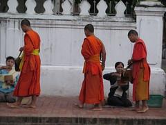 "Offrandes aux moines <a style=""margin-left:10px; font-size:0.8em;"" href=""http://www.flickr.com/photos/83080376@N03/15712310260/"" target=""_blank"">@flickr</a>"