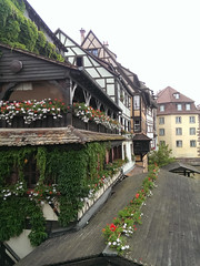 Petite France 3 (asmoth360) Tags: strasbourg petitefrance maisons colombages fleurs toits toitures
