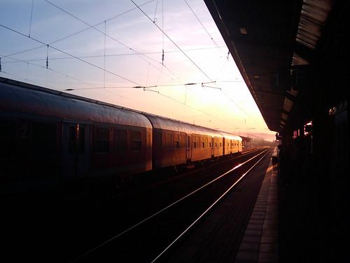 Zug am frühen Morgen im Bahnhof Naumburg