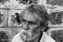 Uomo (Claudia Celli Simi) Tags: uomo man anziano ritratto portrait viterbo italia bw bn biancoenero blackandwhite monocromo baffi barba claudiacellisimi 2016 sguardo occhi