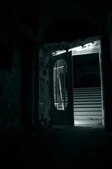tür säugling5 (Papiertrümmer) Tags: monochrome lost place nacht alt haus places treppe monochrom tür glas krankenhaus dunkel verlassen zerfallen kaputt zerbrochen abends verfallen allein scheiben leblos leerstehend gealtert zurückgelassen