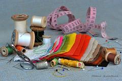 Maintenant il faut ranger ................ (Hélène Quintaine) Tags: composition fil couture dé naturemorte ciseaux tissu création aiguille mètre bobine étoffe épingle mètreruban