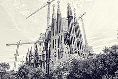 La Sagrada Familia, Barcalona (Andy Gant) Tags: barcelona bw architecture buildings spain flickr cathedral picture oldbuildings structure textures canoneos bwphotography bweffect architectureinpixels architecturalfragments oldandbeautiful canoneos550d 5daybwchallenge
