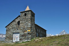 La Clavalit. (anno 1980) metri 2.530 (GiannLui) Tags: santuario laclavalit valledaosta 20072016 2016 esposizionemanuale strada montagna altamontagna cheneil clavalit ruleuf16 regola del 16 regoladel16 sunny16rule chamois vadaosta cervino alpi montecervino