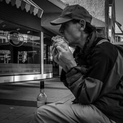 198/366 - Hnde & Gesten / Hands & Gestures (Boris Thaser) Tags: 11 365 366 bekleidung creativecommons deutschland erwachsener essen explore flasche flickr gebck germany hand haube kappe kleidung kopfbedeckung mann menschen mtze project365 projekt sw samsunggalaxys6 schwarzweis stadt strase strasenfotografie streetphotography szene tennisplatz ulm adult bw blackandwhite bonnet bottle candid cap city clothes clothing eating food hat headwear man pastries pastry people photoaday pictureaday project project366 scene sitting sitzend street streettog tenniscourt tog ungestellt unposed zweisichtde zweisichtig
