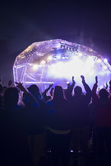 16_PhoebeReeks_Wednesday (15) (Larmer Tree) Tags: phoebereeks 2016 wednesday jamiecullum mainstage crowd audience handsintheair