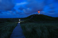 Nightly scene in the dunes of Amrum (Harald Schnitzler) Tags: norddorf schleswigholstein deutschland de dune dunes amrum kniepsand sand beach grass blue hour planks pathway sky navigational mark crosslight lighthouse