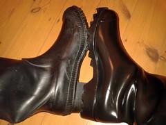 Nora vs Cebo (essex_mud_explorer) Tags: nora dolomite dolomit noradolomite noradolomit cebo black rubber wellington boots wellingtons wellingtonboots wellies welly rubberboots pvc gummistiefel gumboots rainboots rainwear