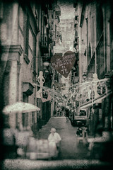 All'improvviso, tanti anni fa... (Juan P. Aparicio) Tags: napoli italia amore amor quartieredeglispagnoli love getinlove enamorarse innamorarsi vintage nikon d7100 retro street strada streetphotography byn bn bw biancoenero cutout blanckandwhite npoles