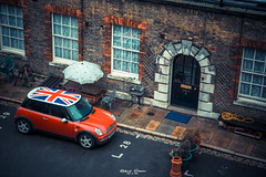 typically British (graser.robert) Tags: london british typical typically greatbritain grosbrittanien mini cooper unionjack union jack flag flagge stereotype red ziegel klischee perspektieve nikon robertgraser photo artist germany d7100 lightroom adobe 28 gartenschlauch
