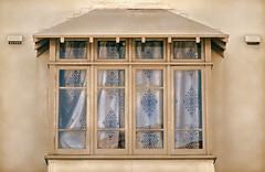 Someone messed with the curtains (boeckli) Tags: windows fenster curtains vorhnge textures texturen sh4un65 gebude outdoor windowwednesdays tte2 architecture architektur dwwg