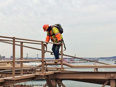 Don't look down (LubaRomanyuk) Tags: nyc newyork brooklyn brooklynbridge brave nyny newheights thebigapple concretejungle dontlookdown