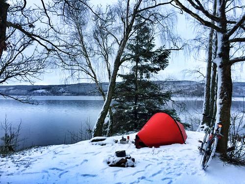 Måndagsmorgon vid Västersjön. Mysigt med lite vitt som lyser upp.
