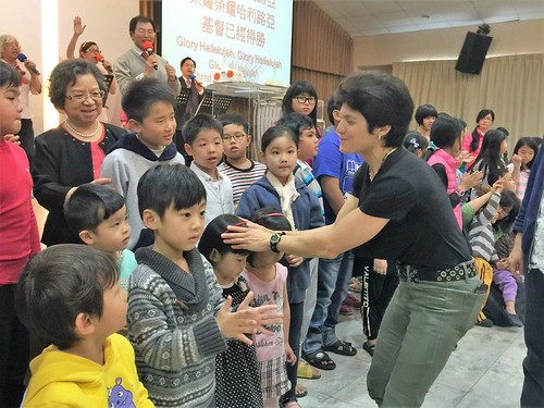 taiwan leanna praying for children2