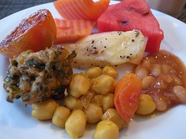 <p>フルーツ以外はベジタリアンコーナーからのお料理をチョイスしました</p>