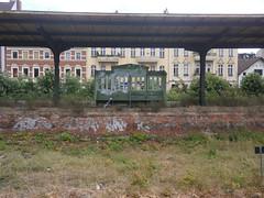 S Zehlendorf - Bank 1 (Berliner S-Bahn) Tags: berlinersbahn sbahn sbahnhof sbhf sbahnberlingmbh dbag deutschebahn stammbahnbahnsteig bahnsteig sitzbank sbhfzehlendorf s1 steglitzzehlendorf zehlendorf berlin germany train station platform seatingbench bench
