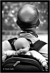 Fronteretro (Le foto di Altrove) Tags: street blackandwhite blancoynegro blackwhite doll strada noiretblanc streetphotography bn bianconero muñeca bambola poupée bianoenero bambolotto paologallo lefotodialtrove