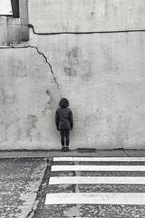 (Antonio Gutirrez Pereira) Tags: street ventana calle mujer retrato cable rayo grieta cebra parar quietud peaton sufrir
