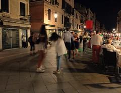 La Festa (Ro_.) Tags: festadelredentore danze people persone viagaribaldi venezia venice notturno night fujifilm x20 street