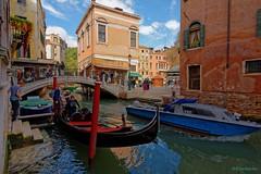 Venice / Rio dei Santi Apostoli (Pantchoa) Tags: venise veneto italie rio pont santiapostoli gondoles eau d7100 nikon gondolier touristes tokina 1228f4