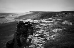 Stanage Edge (l4ts) Tags: landscape derbyshire peakdistrict darkpeak stanageedge heather moorland gritstone gritstoneedge gritstonetor climbingarea blackwhite filmscan blackwhitenegativefilm olympusxa2 kentmere100film nikoncoolscaniv vuescan