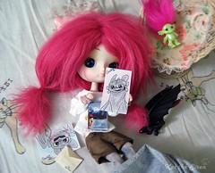 Mia super contenta con los dibujos que le ha mandado Gretel! (Kat the Siren) Tags: kat doll libro dal mia pullip dibujo cinnamoroll mueca regalos desdentado obitsu zelfs daldoll burbu dalcinnamoroll desdentao katthesiren cinnamoroll10thaniversary