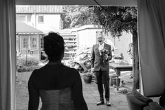 kijken (De Waerden) Tags: open kleding buiten binnen blij trouwdag kijken bruid bruidegom verrast binnenkomen