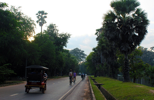 The road to Angkor Wat temple (Chetra Chap, 2012).