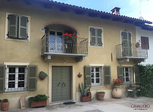 Casa con persiane in legno a paletta larga laccate verdi