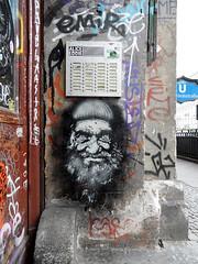 Zausel 1 (onnola) Tags: streetart man berlin face kreuzberg germany underground subway beard deutschland graffiti gesicht eingang ubahnhof bart entrance tags ubahn mann mütze hauseingang u8 bvg klingel vollbart schönleinstrase