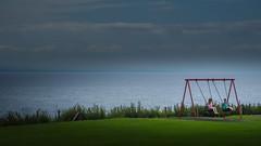 Two Girls swinging on the waterfront (Pittenweem, Scotland. Gustavo Thomas © 2014) (Gustavo Thomas) Tags: voyage uk greatbritain trip travel girls sea landscape scotland europe waterfront unitedkingdom scottish escocia swinging niñas infants waterscape pittenweem columpio balancín