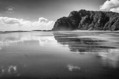 Piha Beach-NZ (Cedpics) Tags: ocean bw cliff beach water landscapes sand tide sable nz falaise plage current pihabeach fujixpro1