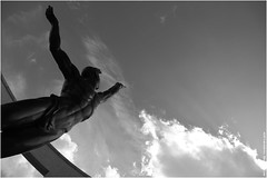 Mmorial. (Frdric B) Tags: bw nb statue mmorial normandie ciel canon 6d