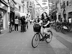 . (alb.montagna) Tags: streetphotography streetportrait blackandwhite bw italy italia zuiko olympusomd monochrome street strada umbrella bicicletta bicycle