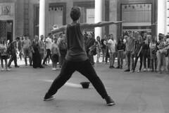 Milano (Valt3r Rav3ra - DEVOted!) Tags: nikonf90x nikon milano analogico film 35mm ilfordhp5 bw biancoenero blackandwhite valt3r valterravera visioniurbane urbanvisions streetphotography street persone people artistadistrada dance streetartist