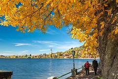 Schliersee im Herbst (bayernphoto) Tags: schliersee bayern bavaria oberbayern herbst bunt foliage autumn fall herbstverfaerbung see lake kirche blauer himmel sonnig foehn warm boot surfer spaziergaenger spazieren gehen geniessen licht