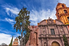 Oratoire de San Felipe Neri de San Miguel (Voyages Lambert) Tags: steeple buildingexterior oratory catholicism sanmiguelnewmexico sanmigueldeallende basilica statue mexicanculture belltowertower christianity religion history hope spirituality multicolored red old pattern cultures famousplace architecture guanajuato mexico cathedral church monument tower bell