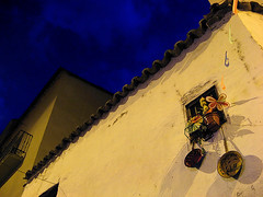 Sartenes / Frying Pans (shumpei_sano_exp6) Tags: blue sky españa window yellow azul wall night canon ventana pared spain powershot diagonal amarillo cielo pan zamora nocturno a710 obliquemind obliquamente
