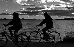Siluetas (Fotgrafo-robby25) Tags: atardecerenelmarmenor byn fujifilmxt1 gente lopagnmurcia marmenor nubes salinasyarenalesdesanpedrodelpinatar siluetas