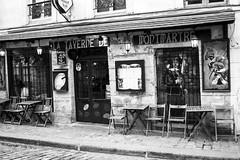 Bares Parisinos (nickylerario) Tags: monocromo monochrome blackandwhite blancoynegro paris monmartre streetphotography documental artistas callejero musicos arpa novia chello cello francia dibujos pintura pintores artist
