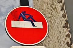 Clet_7617 rue Alexandre Dumas Paris 11 (meuh1246) Tags: streetart paris clet ruealexandredumas paris11 cletabraham panneau policier